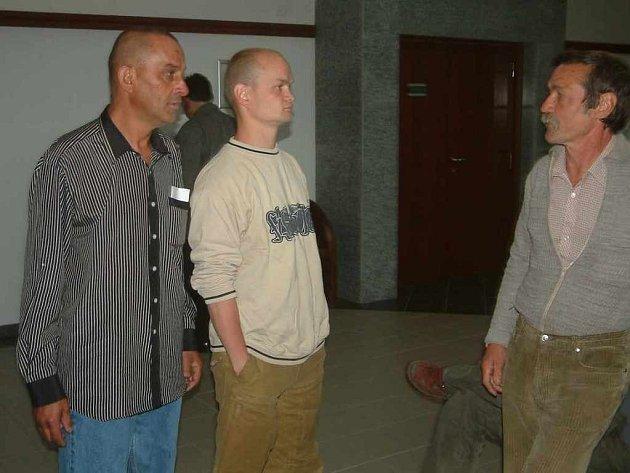 Jiří Židek (zleva), Roman Kaloč a jeho otec Miloš čekají na začátek hlavního líčení u okresního soudu.