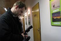 Petr Adámek zavítal na vernisáž v Kozlovicích i se svým fotoaparátem.