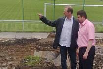 Sportovní ředitel fotbalového klubu z Frýdku-Místku Radomír Myška (vlevo) si prohlíží stavbu nového objektu společně s náměstkem primátorky města Frýdku-Místku Petrem Cvikem.