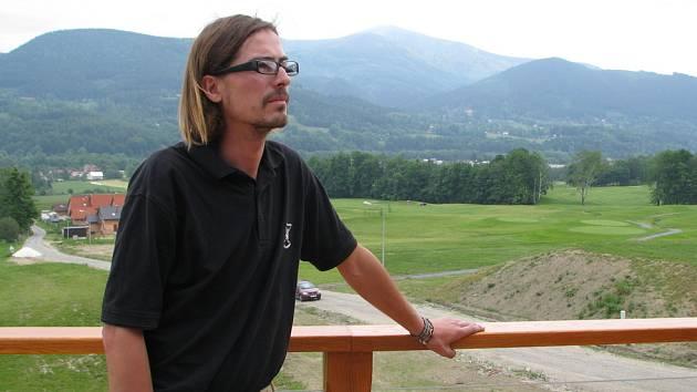 Petr Moucha našel v Ostravici zajímavou práci. Stará se o golfové hřiště pod beskydskými vrcholky.