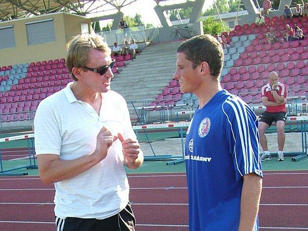 Záložník Martin Maroši (vpravo) v předzápasovém rozhovoru s třineckým trenérem Ľubomírem Luhovým.