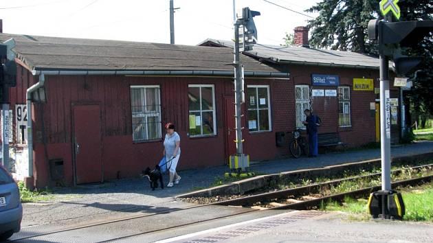 Vlaková zastávka u hlavní silnice ve Stříteži k obci neodmyslitelně patří.