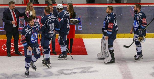 Hokejisté Plzně přebírají bronzové medaile.
