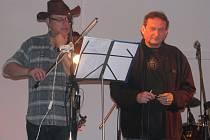 Část skupiny Blaf při přípravě na koncert. Vlevo stojí Tomáš Tomanek.