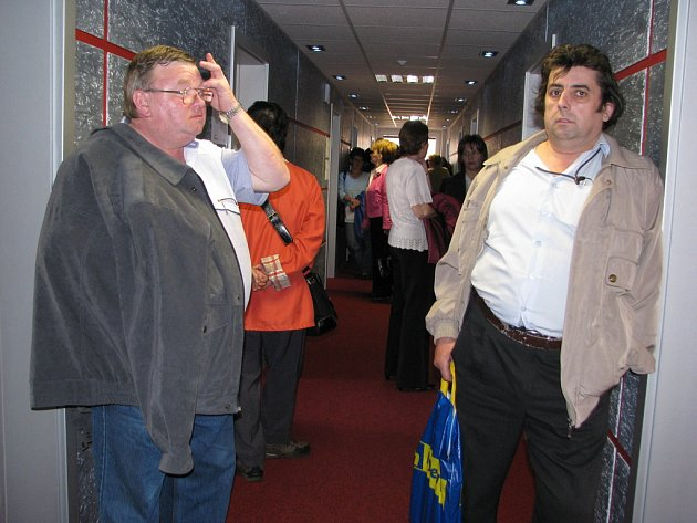 Bronislav Kokotek (vpravo) a Jiří Myrdacz čekají na pohovor se zástupci firem.