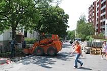 Ulice prochází rekonstrukcí a během dne tu auta neprojedou. Stejně tak možnost parkování je omezena pouze na noční hodiny.