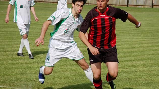 Fotbalisté Hnojníku (tmavší dresy) na domácím hřišti nestačili na Smilovice 0:3.
