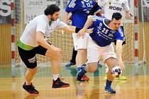 Házenkáři Frýdku-Místku (v modrém) se ani letos do semifinále nepodívají. Stopku jim vystavili hráči Zubří.