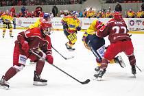 Hokejisté Frýdku-Místku (v červeném) si podruhé v sezoně na svém ledě poradili s favorizovanými Českými Budějovicemi.