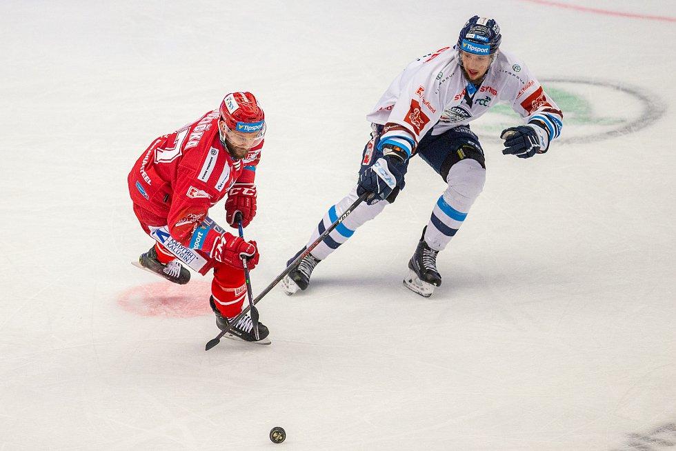 Finále play off hokejové Tipsport extraligy - 1. zápas: HC Oceláři Třinec - Bílí Tygři Liberec, 18. dubna 2021 v Třinci. Zleva Martin Růžička z Třince.