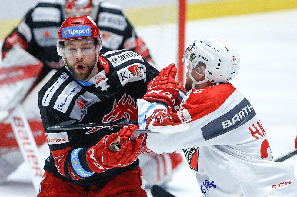 Hokejové utkání Tipsport extraligy v ledním hokeji mezi HC Dynamo Pardubice (v bíločerveném) a HC Oceláři Třinec  (v červenočerveném) v pardudubické enterie areně.