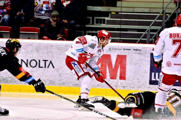 Třinečtí hokejisté (vbílém) proti Litvínovu.