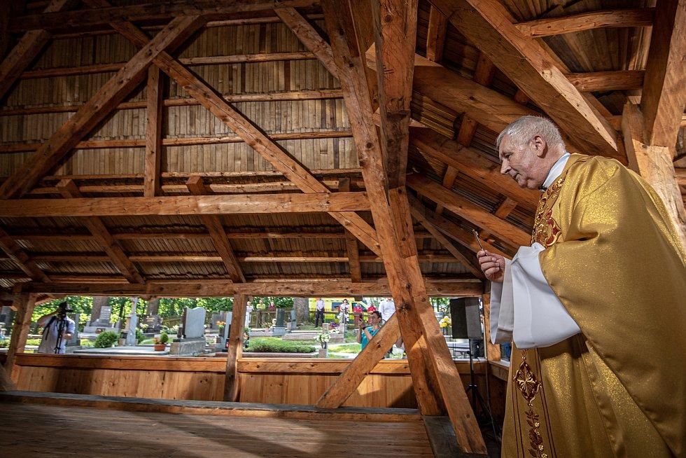 První bohoslužba v replice požárem zničeného dřevěného kostela Božího těla v Třinci-Gutech se konala v neděli 6. června 2021. Farář kostela Kazimierz Plachta.