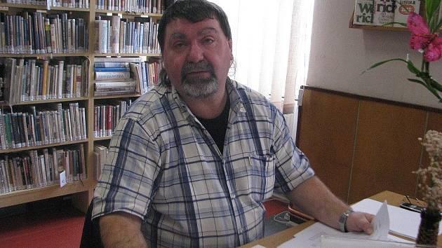 Jaroslav Valkus z Třince se luštění věnuje desítky let. V sobotu pomáhal organizátorům soutěže v knihovně v Mostech u Jablunkova.