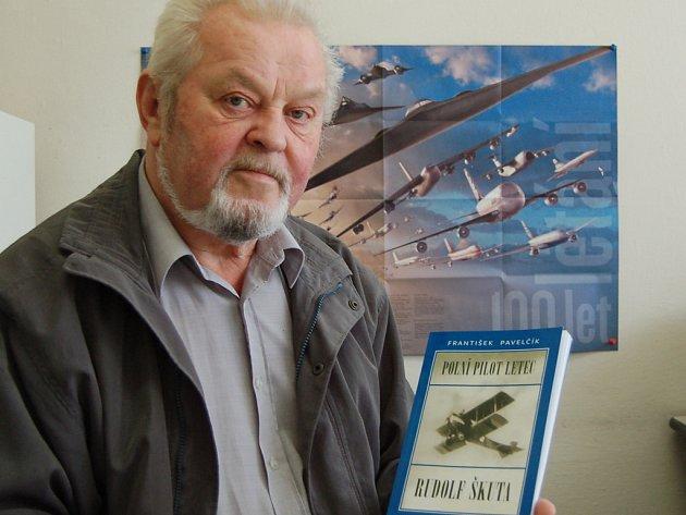 František Pavelčík se svou novou knihou.