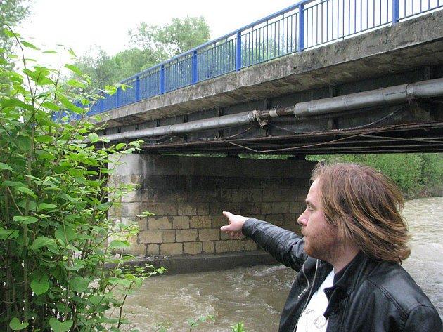 Most v Bašce se očividně prohýbá, policie zde zcela uzavřela dopravu.