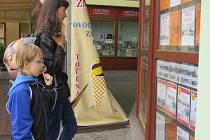 Potenciální zákazníci si právě prohlížejí nabídky letních zájezdů jedné cestovní agentury ve Frýdku-Místku.