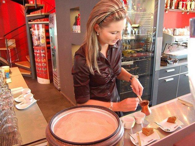 Nová káva Marlenka se připravuje na horkém písku v džezvách.