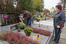 Alena Pašandová přišla s manželem zapálit svíčku na hnojnický hřbitov.