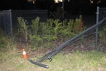 Následky nehody, při které řidič škodovky narazil do plotu.