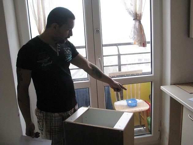 Zdeněk Rehovič si stěžuje na to, že rodina má v bytě plíseň. Podle magistrátu je ale na vině nesprávný způsob větrání.