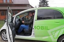 Elektromobily zatím na tuzemských silnicích přibývají jen pozvolna. Řízení vozu si vyzkoušel například Stanislav Cieslar z Vojkovic, který lituje, že se elektromobily nerozšiřují více.