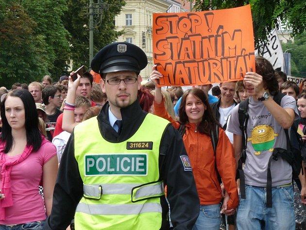 Studenti Soukromé třinecké obchodní akademie a hotelové školy TRIA (na snímku s transparentem) si zaprotestovali v hlavním městě. Poté se vydali na návštěvu pražských památek, za nimiž přijeli.