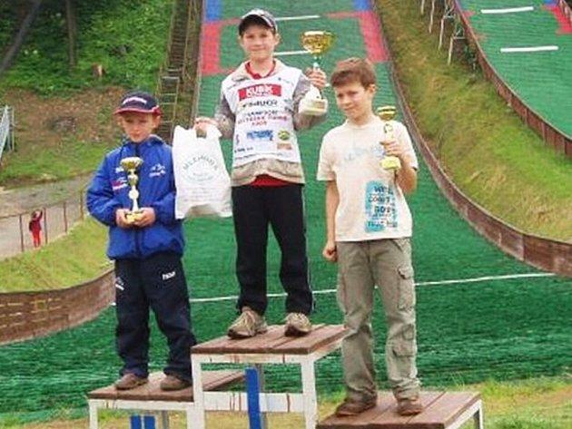 Stupně vítězů nejmladších žáků. Zleva Tomasz Pilch, Ondřej Krpec a Lukasz Stawowy.