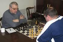 Mezinárodní šachový mistr Jan Sikora-Lerch (vlevo) v akci.