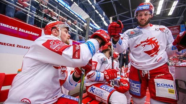 Martin Adamský (vlevo) si na střídačce Ocelářů plácá s Vladimírem Svačinou.
