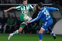 Milan Škoda 21 (BOH), Michael Hupka 14 (Třinec) při fotbalovém utkání 15. kola II. ligy mezi Bohemians 1905 a FK Fotbal Třinec ve Vršovicích.
