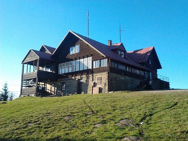 Chata Javorový, jak ji znají turisté. Známý vrchol nemusí být jen cílem výšlapů, vareálu se během roku koná řada akcí. Vlétě zde bude pravidelně letní kino, na své si přijdou ipříznivci paraglidingu.