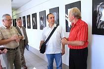 Návštěvníci výstavy Jana Kufy v bystřické galerii.