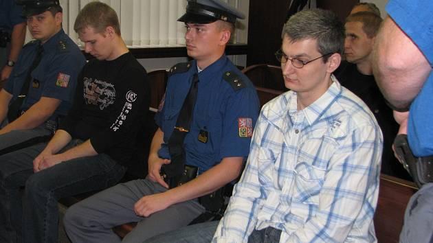 Lukáš Kužílek (vpravo v košili) čeká na rozsudek. S trestem 7,5 roku vězení souhlasil. Muž byl v září odsouzen za vykradení více než čtyřiceti benzinových pump. Škoda přesáhla tři miliony korun.