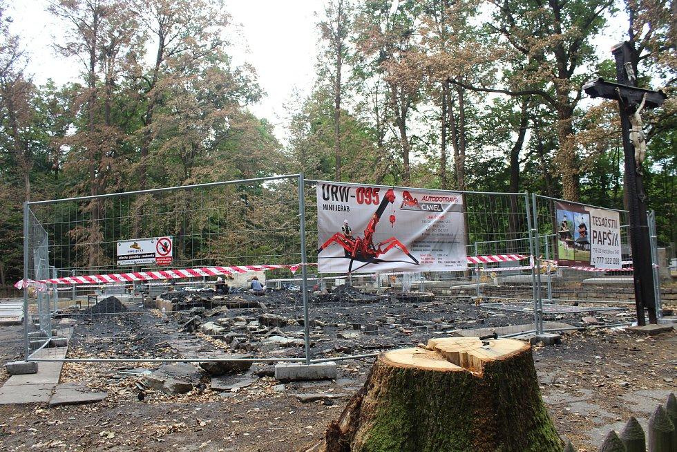 Ohořelé trámy ze spáleniště kostela v Gutech už zmizely.