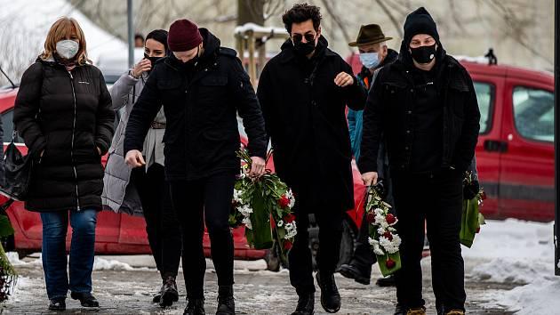 Lidé přišli do smuteční síně na centrální hřbitov ve Frýdku, kde proběhlo poslední rozloučení se zpěvákem Davidem Stypkou, 15. ledna 2021 ve Frýdku-Místku.