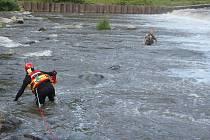 Profesionální hasiči z Frýdku-Místku byli v sobotu 29. července po osmnácté hodině povoláni k záchraně rybáře, který byl uvězněn u splavu v řece Ostravici v Paskově.