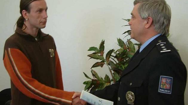 Bývalý okresní policejní ředitel Václav Habrnal (vpravo) oceňuje řidiče, který dostal titul Gentleman silnic.