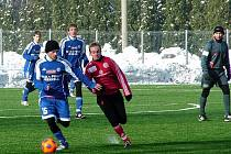Třinecký Petr Joukl (v červeném) bojuje s hráči Olomouce.