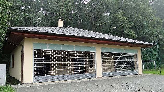 Rekonstruovaná budova na hřišti v Zelinkovicích.