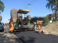 Oprava povrchu silnice.