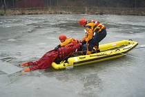 Výcvik hasičů na zamrzlém rybníku v Třinci.