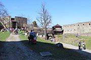 Houfy lidí od sobotního dopoledne mířily na hrad Hukvaldy. Jedna z nejnavštěvovanějších kulturních památek v kraji slavnostně zahájila letošní sezonu.