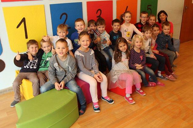 Snímek zachycuje třídu 1.B ze základní školy vDobré. Třídní učitelkou je Petra Svobodová.
