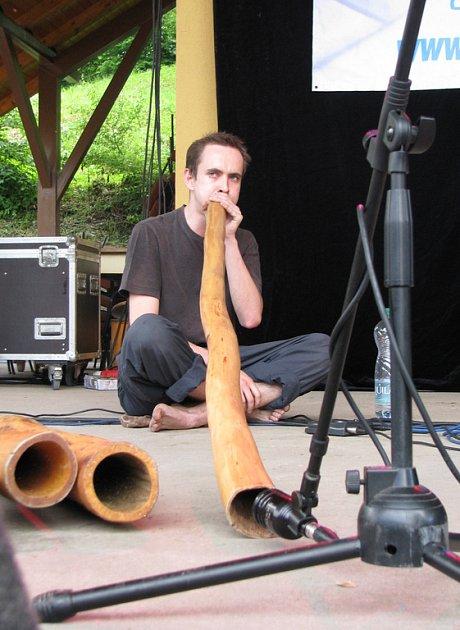 Jakub Slováček zahrál v Bystřici na didgeridoo. Nástroj australských domorodců měl přivolat velrybího ducha.