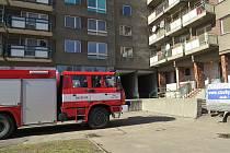 Hasiči ještě v úterý 5. března dopoledne měli práci v bytě panelového domu v ulici Čs. armády ve Frýdku-Místku, kde při požáru zemřela žena.