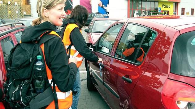 Před některými markety ve Frýdku-Místku pokračovala preventivní policejní akce. Upozornila řidiče na zloděje, kteří kradou z aut cenné věci.