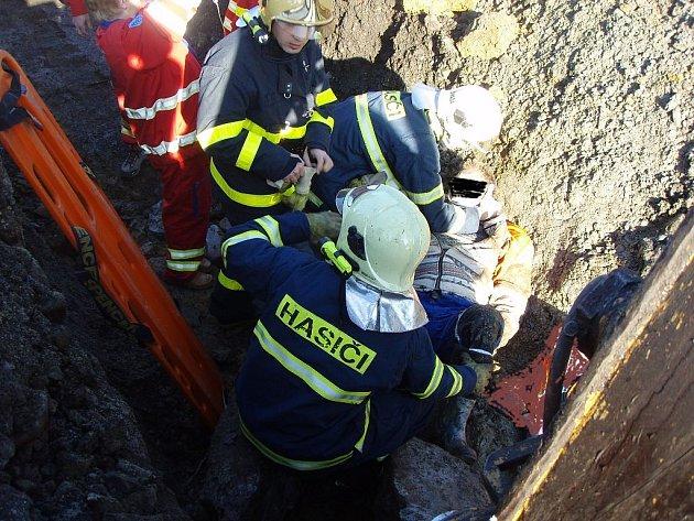 Tragická událost se dnes před polednem odehrála v Hrádku na Frýdecko-Místecku. Uvolněná zemina, balvany a kusy betonu z výkopu kanalizace zde zavalily dva muže středního věku. Jeden muž sesuv horniny nepřežil, druhého hasiči vyprošťovali.