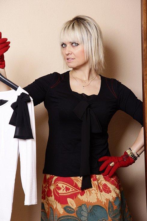 Inéz Bohdanová Bortoliová provozuje stejnojmenný ateliér autorské módy a šperku, navrhuje pod vlastní značkou Martinez. Na snímku modely z její kolekce.