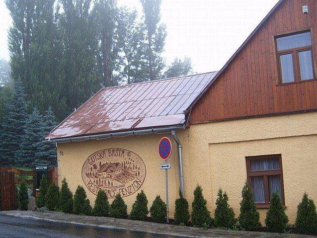 Restaurace Gutská bašta v Třinci-Gutech. Potenciální klienty se snaží nalákat na malby na stěnách.